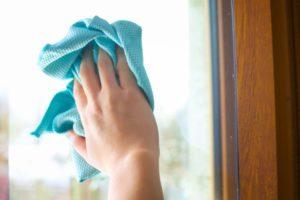 Sparkling clean windows with salt and vinegar